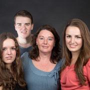 Familiefotograaf Breda | Fotoshoot, familie, Familie fotograaf, Zelf een familie fotoshoot? , Familiefotografie, Een stoer familie portret van deze familie, familiefotografie, groepsfoto, familieportret, groepsfoto, familiefotograaf, fotoshoot, fotosesie,