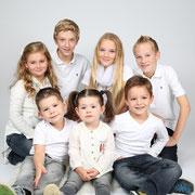 Familiefotografie met  4 / 6 / 8  kinderen, Uwfamiliefoto, Samen met kinderen op de foto, familie, Groep | Fotostudio bsafoto,  Studiofotografie, Familiefotoshoot fotostudio,