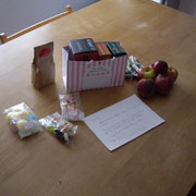 Petits cadeaux de bienvenue, des spécialités (thé anglais, sucreries anglaises ...) et fruits frais.