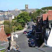 Vue d'une rue qui mène au centre ville de North Berwick