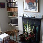 Salle de vie d'un logement Onefinestay (télévision, fleur ...)