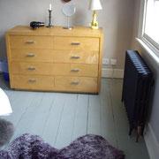 Petite commode dans la chambre avec descente de lit très agréable