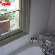 Douche avec des échantillons divers (shampoing, kit de démaquillage ...) comme dans un vrai hotel chic