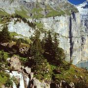 Das schmale Gras- und Schrofenband der Unteren Fründenschnur vom Weg Unterbärgli - Oeschinensee