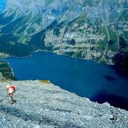 Blick vom Aufstiegsweg zur Fründenhütte in einem Geröllfeld auf den Oeschinensee