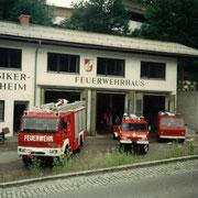 Fahrzeuge vor der alten Zeugstätte um 1994