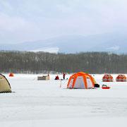 冬になると大沼湖面は凍り、熱いワカサギ釣りが始まります!
