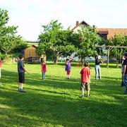 Bolzplatz mit Fussballtoren und Basketballkorb