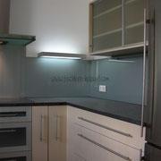 U-Küche in Ahorn Dekor / Alu / Glas