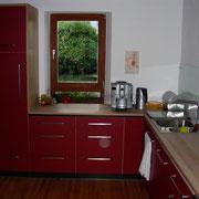 L-Küche in Lino rot und Buche massiv