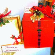 scatola cubo rossa con panettone classico da 1kg e grappolo gianduiotti