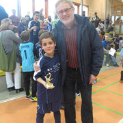 Opa Dieter mit Maik nach einem Sieg beim eigenen Hallenturnier