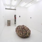 画像中央: ルッベルトの頭(Lubbert's head)/2017 /W120×160×H60㎝/拾った石,陶土,金彩(stones, earthenware, gold luster)/photo by Takeru Koroda