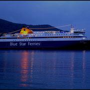 Noch vor Sonnenaufgang liegt Blue Star Ferries im Hafen von Katapola auf Amorgos.