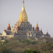 Goldglänzende Pagode in der Tempelstadt Bagan.