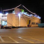 """Nächtlicher Ladebetrieb im Hafen von Patras, hier die Färe """"Sophokles"""" von Anek Lines, Ziel Kreta."""