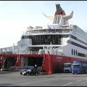 """Ladebetrieb an der Fähre """"Superfast VI"""", Ziel Bari, Ancona und Venedig in Italien."""