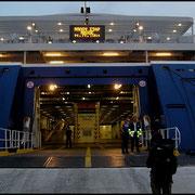 Wir gehen an Bord und laufen 10 Minuten später aus in Richtung Andros.
