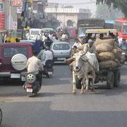 Typische Verkehrssituation in den Innenstädten Indiens.