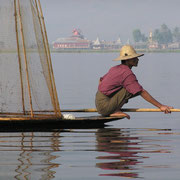Fischer mit seinem korbförmigen Netz auf dem Inle-See.