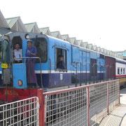 Hier sind wir im Eisenbahnwesen von Burma unterwegs. In der Hauptstadt Rangun wartet ein Expresszug auf Ausfahrt.
