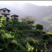 Im Vorland der grossen Berge wird unter schwierigen Bedingungen Landwirtschaft betrieben, meist nur als Terrassenkultur möglich.