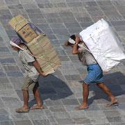 Auch in Nepals Hauptstadt Kathmandu wird noch oft getragen.