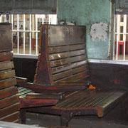 Blick in einen Personenzug, man beachte die vergitterten Zugfenster.
