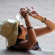 Junge Touristin aus Japan in typischer Handlung.