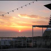Sonnenaufgang auf See.