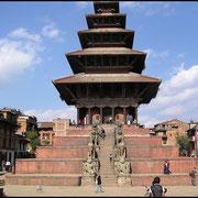 Religion und Geisterglaube verschmelzen in Nepal zu einer Einheit, hier eine 5-stöckige Pagode in einem Nachbarort von Kathmandu.