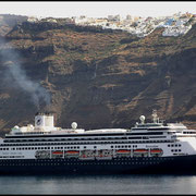 Die Insel Santorini ist der Rest eines in vorgeschichtlicher Zeit explodierten Vulkans, oben am Kraterrand reihen sich die weißen Häuser wie an einer Perlenkette.