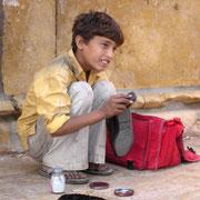 Kleiner Schuhputzer in Jaisalmer.