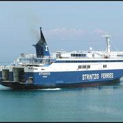 Strintzis Ferries hat die Insel Kefalonia erreicht und dreht sich, um achtern am Kai anzulegen. Die Ladeluken sind schon geöffnet.