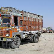 Die LKW auf Indiens Strassen sind farbenprächtig geschmückt.