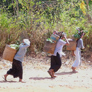 Einfachste Form des Transportes: Tragen, hier in Burma.