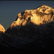Zum Sonnenaufgang erglühen die Gipfel, hier ein Achttausender, der Dhaulagiri in 20 km Entfernung.
