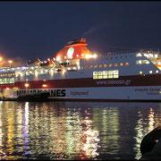 """Kurz vor Mitternacht läuft """"Ariadne Palace""""  in Richtung Korfu aus, weiter dann nach Italien."""