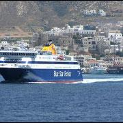 Blue Star Ferries vor der Insel Naxos.