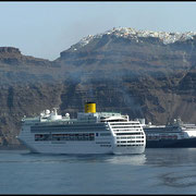 Vor Santorini liegen oft Kreuzfahrschiffe, nix für uns.