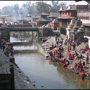 Der Bagmati, heiliger Fluss der Hindus. An den Ghats am Ufer finden Leichenverbrennungen statt, öffentlich, die Asche wird dem Fluss übergeben.