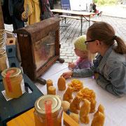 Zwei junge Damen die sich sehr für den Schaukasten an meinem Honigstand im Schillerkiez interessierten!