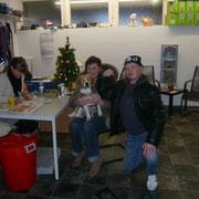 Beagle Lilly mit ihrer Familie
