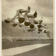 """Air 17 - 15,5x20,5 - 1932 - tampons:""""REF. DEPT. FEB 25 1932 N.E.A.""""  et légende manuscrite: """"Los Angeles A.C. tumblers in a flip-flop, nine of them, while practicing in Pasadena Rose Bowl for Olympic gymnastics team."""""""