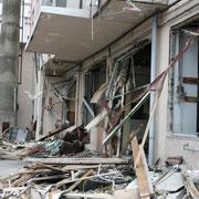 津波が家屋を破壊した様子。人の営みがあったことをかき消すかの様な爪あとを残しています。