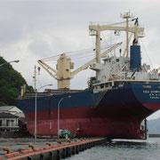 岩手県釜石市の漁港にて津波の影響により、船が陸に打ち上げられています。