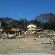 被害の大きさがうかがえます。宮城県の被災地と同様に海岸沿いの町並みは消失していました。