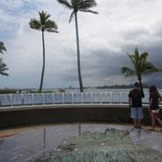 ❀ PACIFIC HISTORIC PARKSにて パールハーバーとパームツリー(ヤシの木)「生命の木」を臨んで。 ハワイで一番来場者数の多い慰霊の地で、1941年12月7日に開戦となった第二次世界大戦の幕開けの地です。