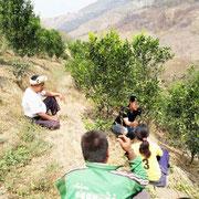山の畑で村人と会話。支援の内容や調査項目など。