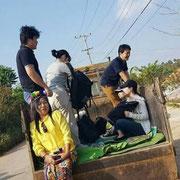 トラックの荷台に乗って山間の村へ。